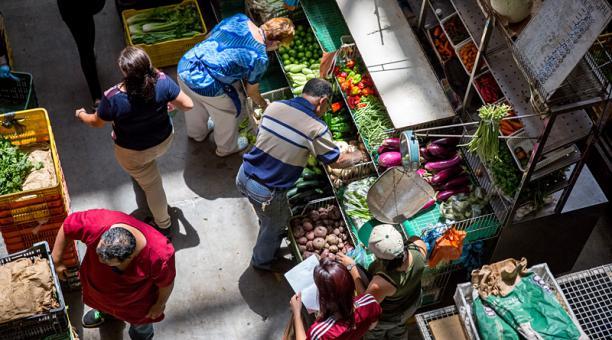 Ciudadanos dicen estar más preocupados por los precios de los alimentos que de la crisis política