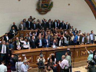 Guaidó y los diputados que le apoyan se enfrentaron a la GNB para entrar a la AN este martes