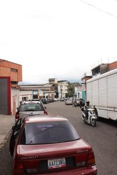 Desde las cercanías del Seniat bajaba la cola de los vehículos que este lunes buscaban aprovisionarse en la estación de servicio de la plaza Miranda. (Foto/ Johnny Parra)