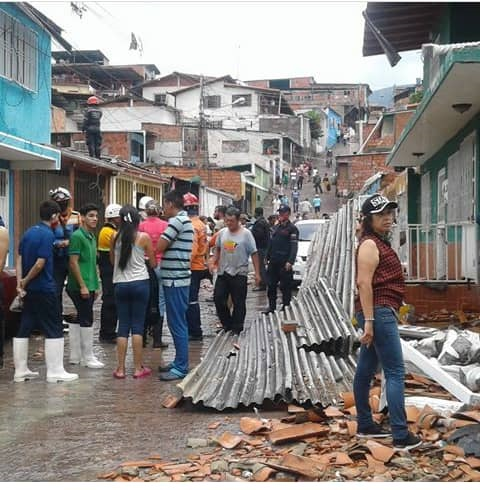 Vecinos de Santa Eduviges  analizan daños de la explosión