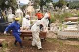 Noveno entierro por Covid-19 se desarrolló este sábado en el Cementerio Municipal de San Cristóbal. (Foto/Johnny Parra)