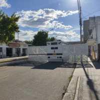 Regresa la pared metálica a la avenida Venezuela