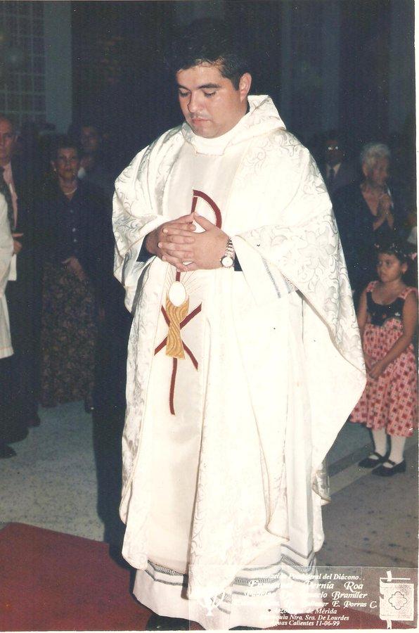 El padre Pernía el día que fue ordenado sacerdote, en junio de 1999.