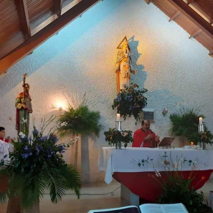 El padre Pernía durante una misa en octubre de 2019