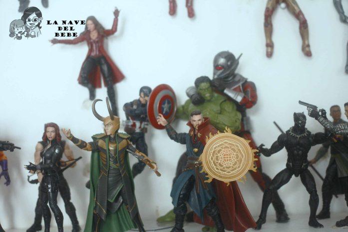 Estantería con los supereroes action figures de Marvel Legends. En primer plano Dr. Strange, Loki, Viuda negra y Black Panther, y atrás se ven luchando Scarlet Witch, Antman, Hulk y capitán américa.