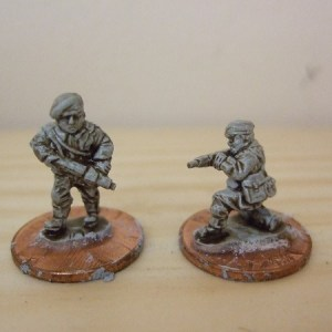 2 figures armed with sten guns