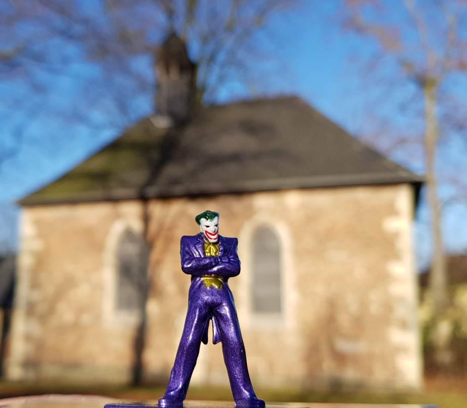Joker vor der Kirche