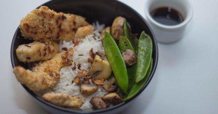 Knusprige Hähnchenstreifen mit Reis, Champignon und Kaiserschoten