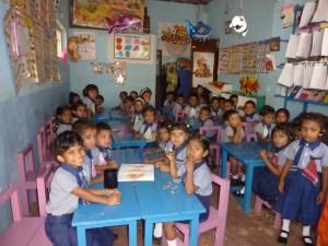 43 Vorschulkinder drängen sich in einem Raum. Ein Ehepaar aus Hanau lässt gerade einen Erweiterungsbau im srilankischen Beruwela erreichten. Karl Eyerkaufer hat das vermittelt. Foto: Klaus Nissen