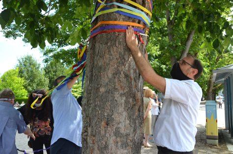 Bunte Bänder als sichtbares Zeichen, hier mit dem Vorsitzenden des Ausländerbeirats Sinan Sert. (Bild: Petra Ihm-Fahle)
