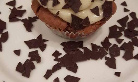 Schokoladenmuffins mit Vanille-Topping