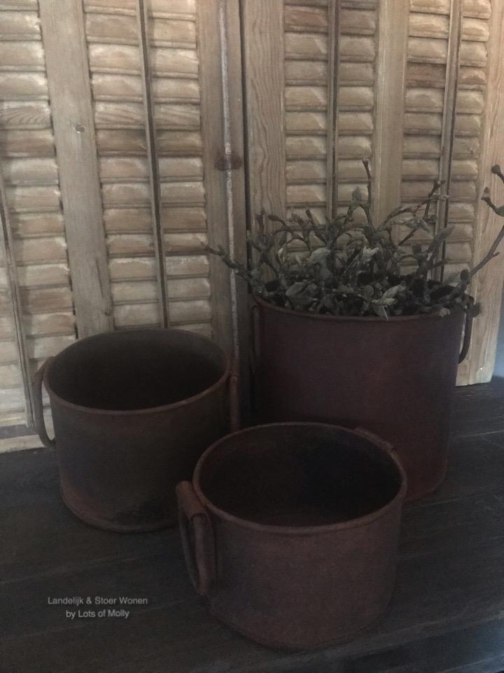 Robuuste metalen pot in een roestkleur