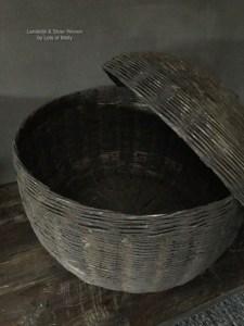 Oude rieten mand met deksel van Aura Peeperkorn