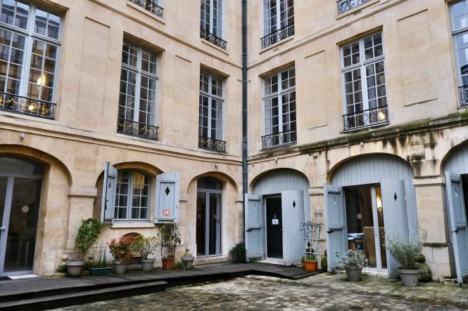 Hôtel de Lauzun architecture in the courtyard