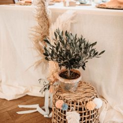 Raumdekoration Hochzeit nahe Herborn. Boho Summer Style mit Olivenbäumchen, Pompoms und Pampasgras