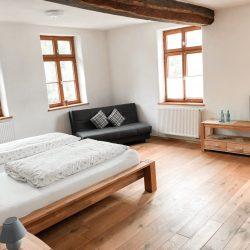 Schönes großes Zimmer mit Sofa/Couch