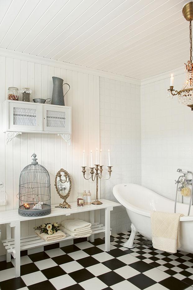 Badezimmer im weien Shabby Stil mit freistehender Badewanne