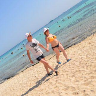 Туристы гуляют на пляж Райского острова в Хургаде