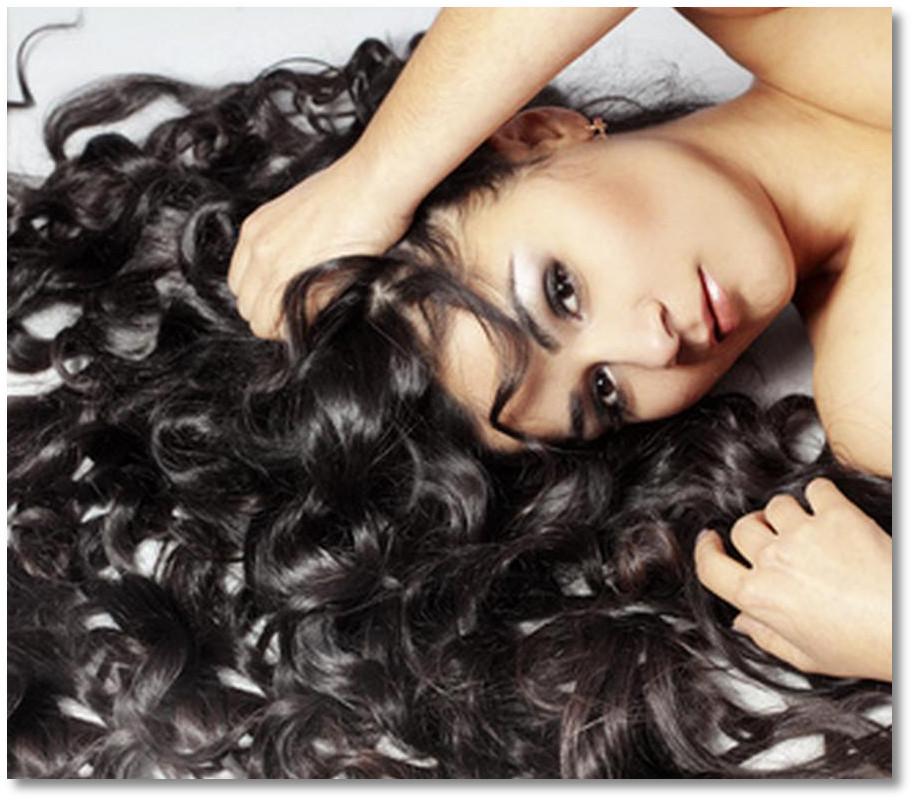女性が寝てカールした髪の毛が大変多いです。
