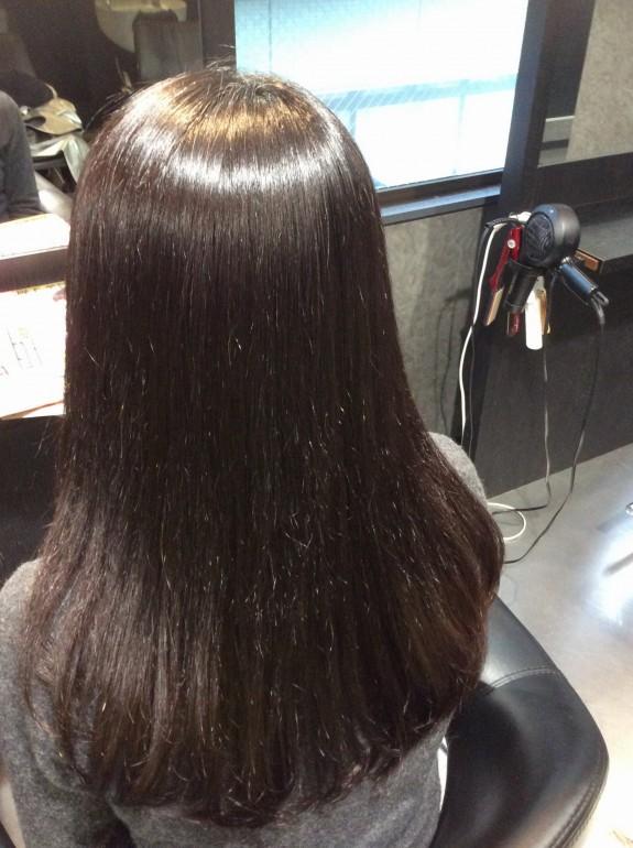 縮毛矯正をかけた後の綺麗になったアフターの写真です。乾かしただけでサラサラでツヤツヤの髪の毛の後ろから見た写真です。傷んだ髪の毛が綺麗になりました。