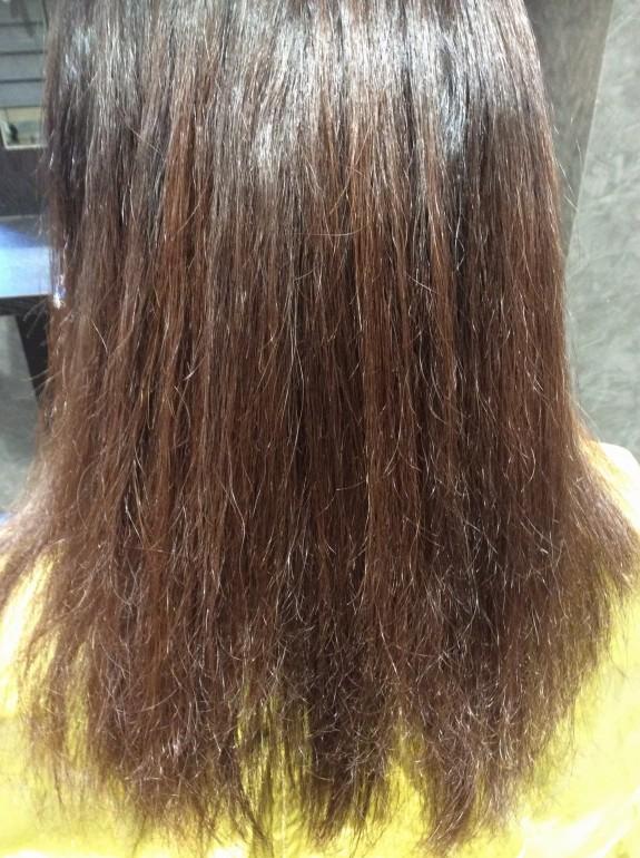 縮毛矯正をかける前のビフォー画像です。中間部より毛先にかけてバサバサ、ゴワゴワ、ガリガリ感がつたわってくるほど傷んでいます。指を入れても引っかかって通りません。
