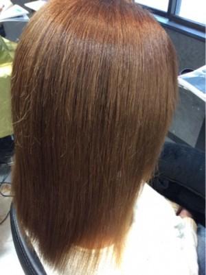 縮毛矯正の施術後の画像です。右側斜め背後から写真を撮りました。毛先までシッカリ伸びています。髪の毛は真っ直ぐストレートヘアーです。髪の色はブラウン系に見えます。アップで映っているので髪の毛一本一本までシッカリ見えます。