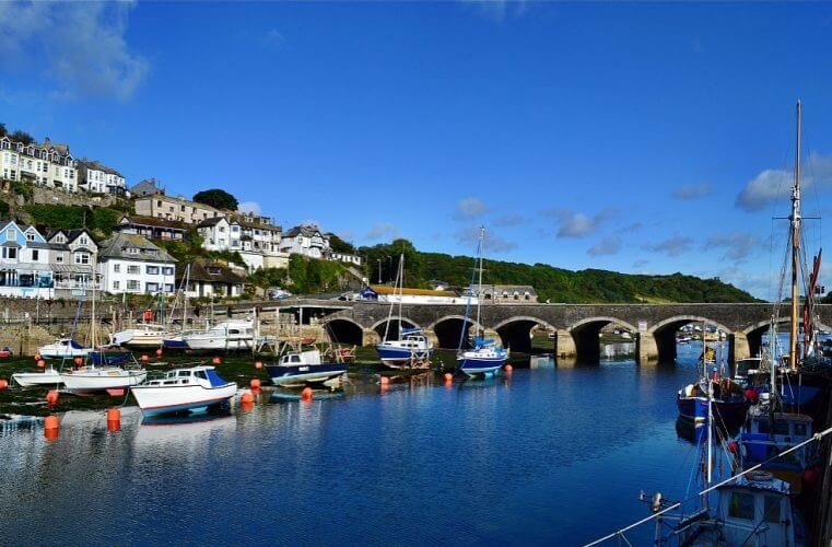 A picture showing the iconic bridge in Looe, England