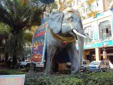Mitten im Zentrum - ein Elefant