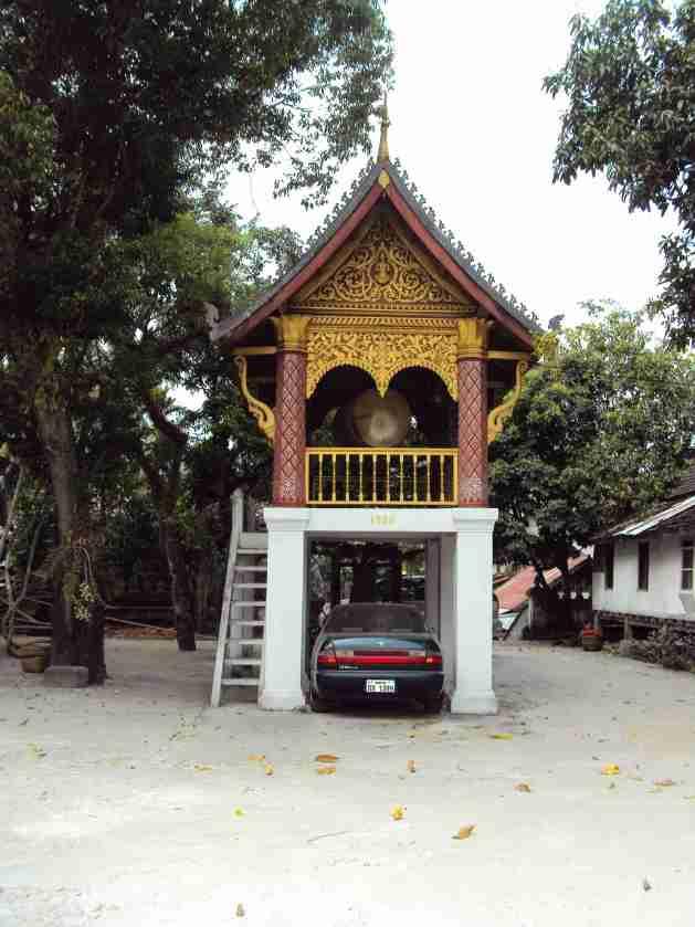 Tempel und Auto