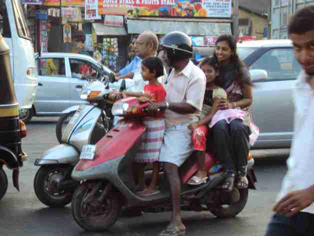 Familie auf Motorrad