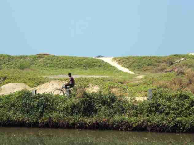Fahrradfahrer am Ufer