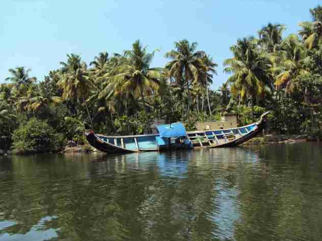 Havariertes Boot am Ufer
