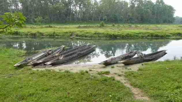 Kanus am Fluss