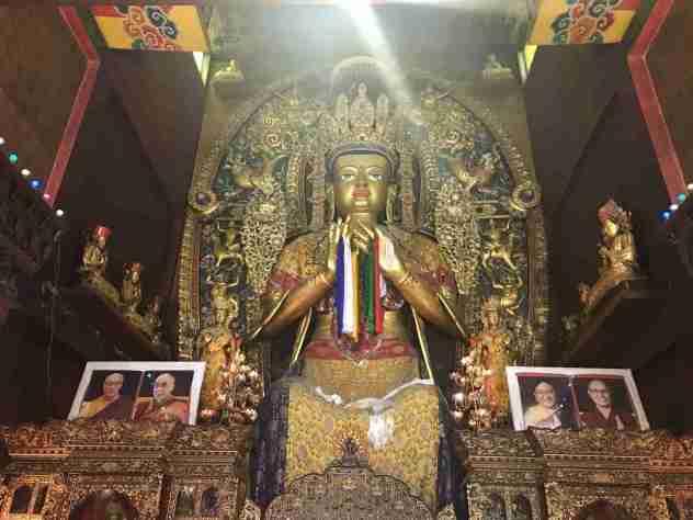 Buddhastatue im Inneren des Tempels