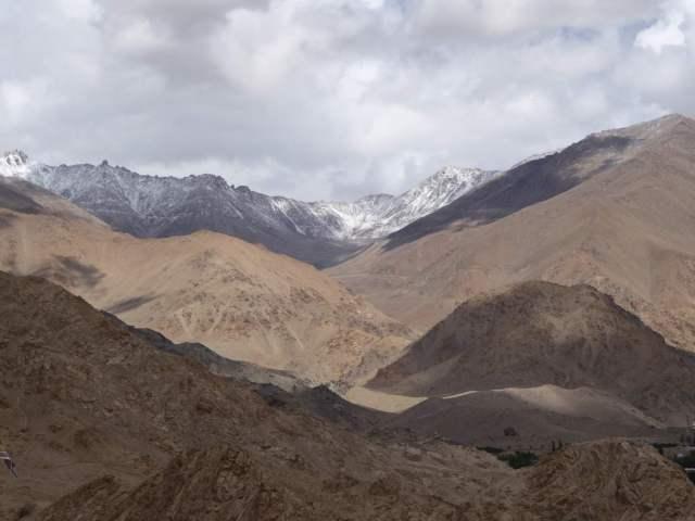 Wüste und schneebedeckte Berge