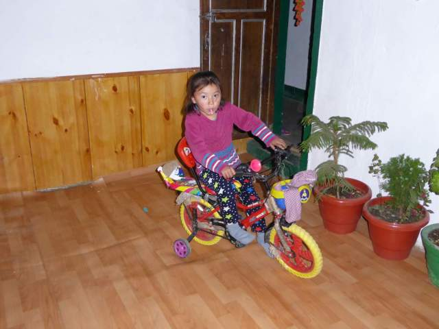 Fahrradfahren im Wohnzimmr
