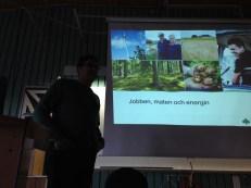Efter gårdsbesöket åkte vi till Gamlebygymnasiet och fick information av Joakim från Odensvi om jordbruket idag.