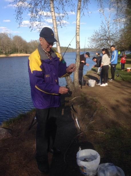 Denna trevliga herre från Blackstad lärde mig grunderna i stömmingsfiske. Kasta ut, rulla in och plocka av.