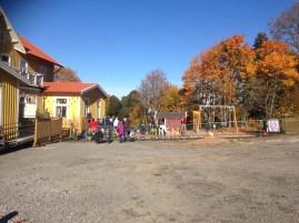"""""""Välkommen!"""" står det på staketet till förskolans gård. och välkommen känner man sig."""