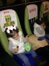 Palomitas, chocolate y regalos. Estoy convenciendo a mis hijas de que el cine es una delicia!