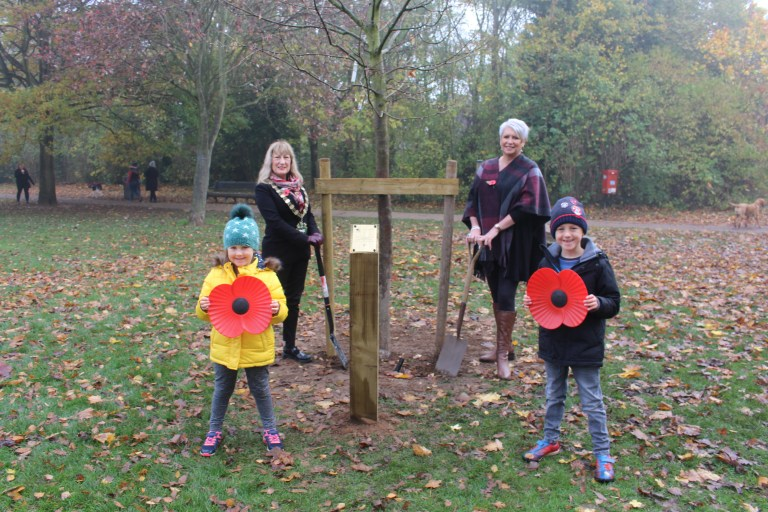 Mayor Cllr Sue Mallender Cllr Abby Brennan and Harriet and Barney planted the new tree at Bridgford Park