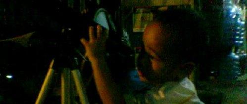 Seorang anak tengah mengamati Venus. Kredit : Dessy