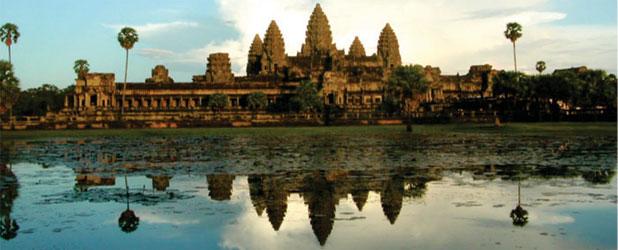 Kuil Angkor Wat di Kamboja. Posisi puncak kuil menandakan posisi matahari pada saat equinox dan solstice. Kredit: David H. Kelley