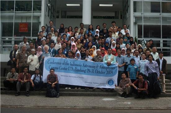 Foto bersama peserta konferensi. Kredit : Nggieng