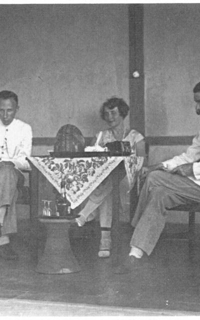 Paul ten Bruggencate (kiri) menerima Joan Voûte dan istrinya untuk minum teh di beranda kediamannya di Observatorium Bosscha. Sumber: Pyenson, 1989.
