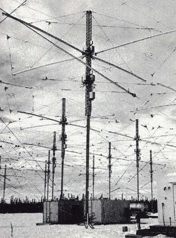 Gambar 3 Beberapa dari 180 antenna radio frekuensi tinggi yang menjadi instrumen utama HAARP. Sumber : Koehler, 1999.
