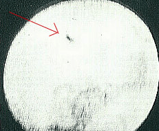Gambar 1. Salah satu bintik hitam aneh yang mengalami transit dengan Matahari dan berhasil diabadikan Bonilla pada 12 Agustus 1883. Sempat dianggap sebagai UFO, kini interpretasi lebih logis menyarankannya sebagai fragmen komet Bonilla. Sumber : Bonilla, 1886.