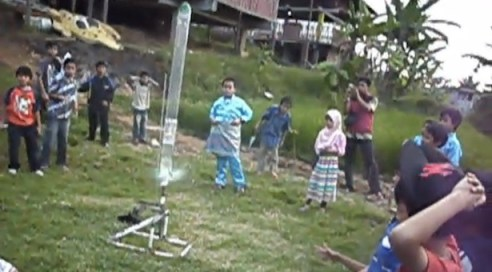Peluncuran roket air berparasut bersama siswa Sekolah Alam Bandung. Kredit: Aldino A. Baskoro