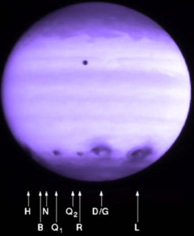 Gambar 3. Jejak tumbukan fragmen-fragmen komet Shoemaker-Levy 9 dengan Jupiter pada 1994 silam, nampak terkonsentrasi di sekitar garis lintang tertentu di hemisfer selatan Jupiter. Sumber : STScI, 1994.