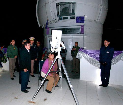 Putri H.R.H Maha Chakri Sirindhorn melakukan pengamatan di TNO. Kredit : NARIT
